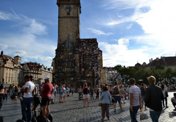 La Plaza de la Ciudad Vieja de Praga llena de pompas de bajón   Foto vía Adrián Jiménez