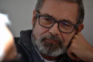 Emilio Menéndez escucha hablar a su marido | Foto vía Nadia Martín