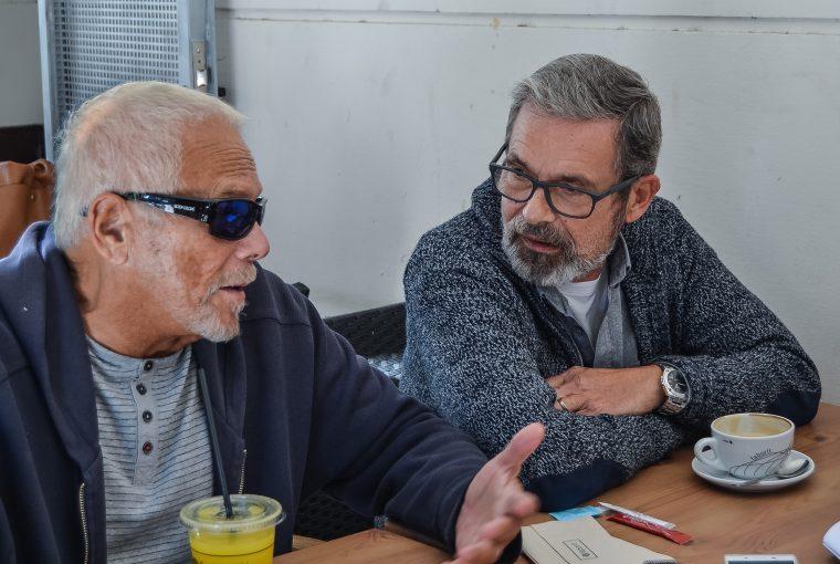 Carlos Baturín (a la izquierda) y Emilio Menéndez (a la izquierda), primer matrimonio homosexual de España | Foto vía Nadia Martín