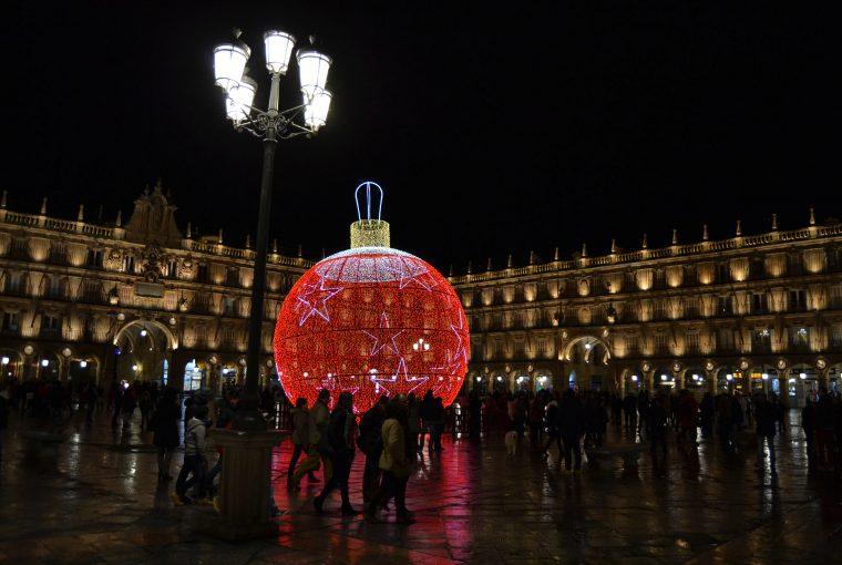 Viajar en invierno puede ser una sorpresa muy agradable. En la fotografía, la Plaza Mayor de Salamanca en diciembre | Foto vía Adrián Jiménez
