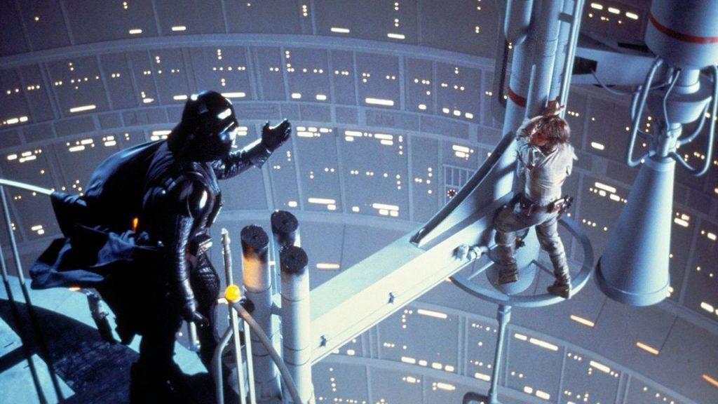 Darth Vader frente a Luke Skywalker en la batalla de Bespin. | Vía Empire.
