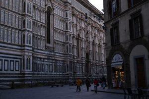 Una de las mayores ventajas de viajar en invierno es que no hay aglomeraciones. En la fotografía, una calle aledaña al Duomo de Florencia | Foto vía Adrián Jiménez