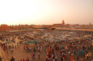 La ciudad marroquí de Marrakech puede ser una buena opción para un viaje de invierno. En la fotografía, la plaza de Jemma El Fna | Foto vía Wikimedia Commons