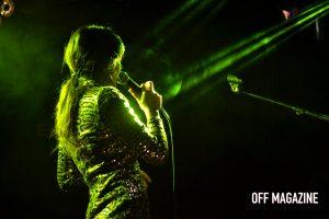 Anni B Sweet baila durante su concierto en Ochoymedio | Foto vía Adrián Jiménez