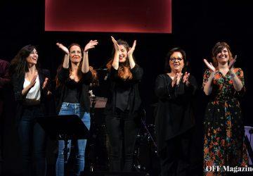 María Blanco y las cuatro mujeres que acompañaron a Mäbu en su noche del Teatro Lara | Foto vía Adrián Jiménez
