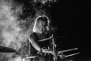 Julia Martín-Maestro, a la batería | Foto vía Nadia Martín
