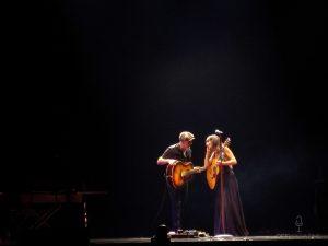 Eva y Juan, solos en el escenario.